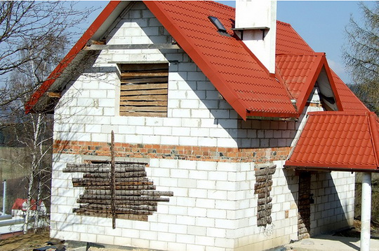 Как и чем защитить недостроенный дом в зимний период