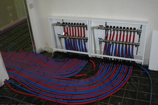 Какой тёплый пол лучше выбрать: водяной или электрический, плюсы и минусы