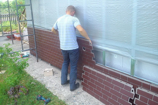 Как установить цокольные панели для отделки дома своими руками. Окончание