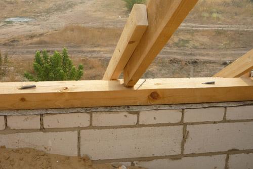 Мауэрлат - это мощный брус, уложенный сверху по периметру наружной стены