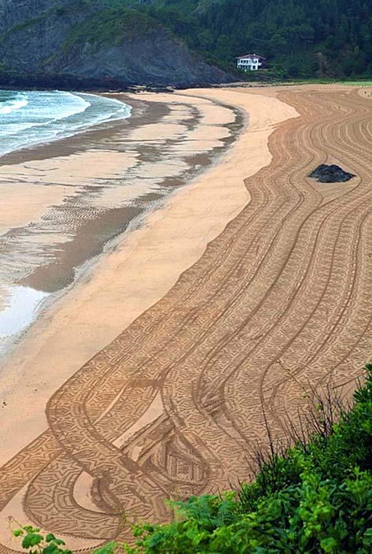 Курьезы техники: первый в мире арт-трактор для рисования узоров на песке. Фото