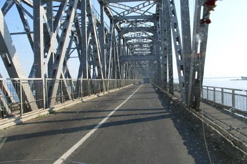 Черкасские дорожники заасфальтировали мост через Днепр