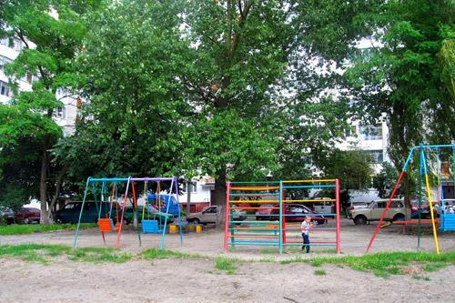 Застройщик согласился восстановить поврежденную детскую площадку