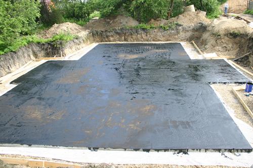 Как сделать гидроизоляцию плиты фундамента. Видео