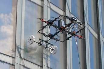 Создан дрон для мытья небоскребов.  Видео
