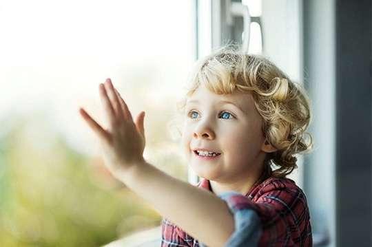 Как обеспечить безопасность окна в детской комнате