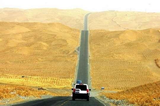 Китай построил самую длинную дорогу через огромную пустыню. Фото