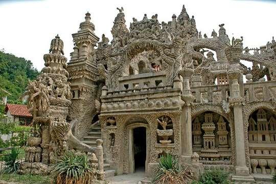 Курьезы: как почтальон построил великолепный замок из придорожных камней