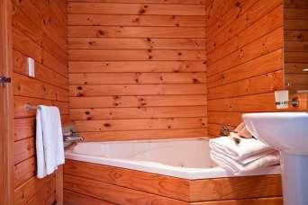 Як оздобити ванну кімнату за допомогою деревини