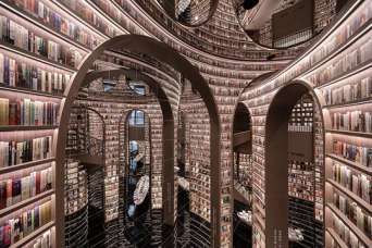 Высокие арки-полки и зеркальный потолок создали уникальный книжный магазин