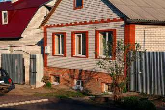 Как выбрать и установить окна в цокольном этаже частного дома