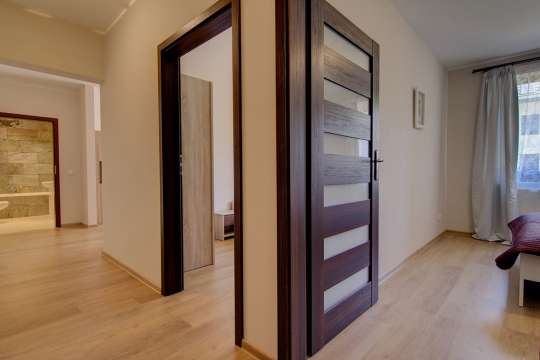 Что делать, если толщина дверной коробки меньше толщины стены
