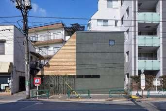 Трехэтажный дом превратили в сплошную замысловатую комнату