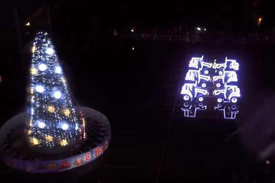 Приколы: трактора танцуют танго вокруг новогодней елки. Видео