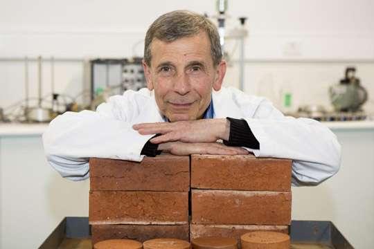 доктор Аббаса Мохаджеран (на фото) обнаружил, что кирпич с окурками становится более легковесным и энергоэффективным.