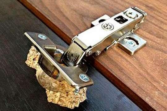 Как починить дверцу шкафа из ДСП, если петли вырваны «с мясом»