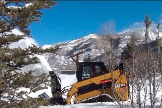 Как убирают снег с помощью мини-погрузчиков Cat®