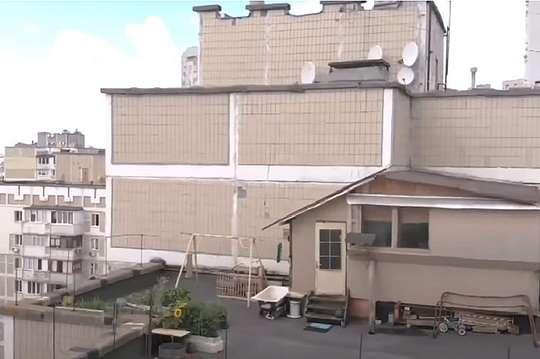 Курьезы: киевлянин построил на крыше троещинской многоэтажки небольшую дачу. Фото