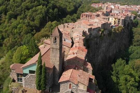 Как в Испании построили город на скале с единственной улицей. Видео