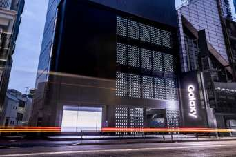 Фасад магазина украсили тысячей смартфонов