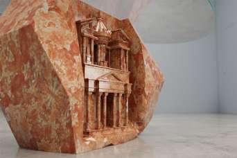 Древнюю архитектуру превратили в мраморные столы