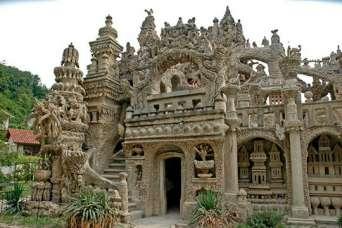 Архитектурные курьезы: как почтальон построил великолепный замок из придорожных камней