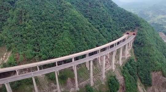 В Китае построили высокогорную скоростную супер-автостраду. Видео