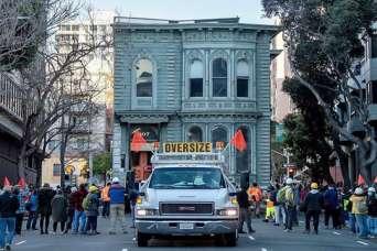 139-летний дом переехал на новое место
