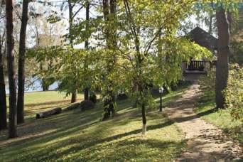 Садовое товарищество возвело дом отдыха в лесу на берегу канала
