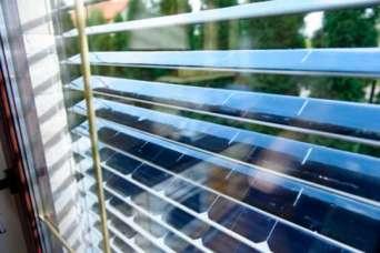 Изобретены жалюзи-турбины, которые генерируют электричество, даже от легкого порыва ветра