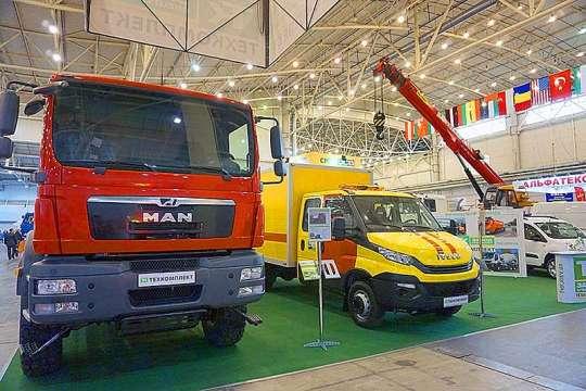 В Киеве представили уникальный кран и топливозаправщик