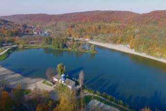 Землю вокруг озера дешево продали под базу отдыха футболистов