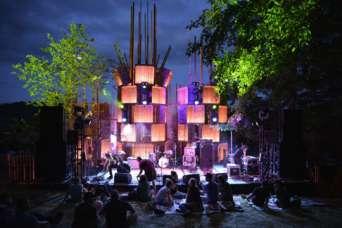 Фестивальную площадку построили из ящиков для яблок
