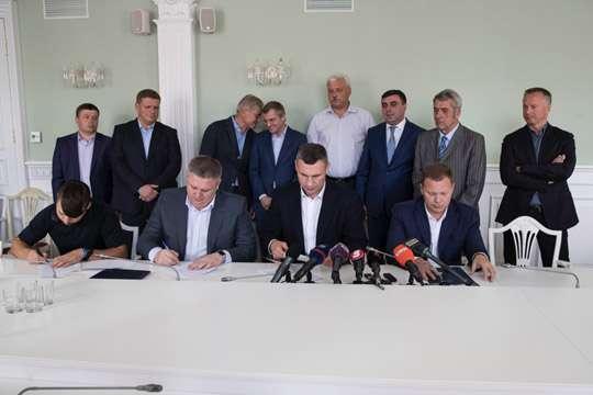 Столкновения настройках: власти столицы Украины, милиция изастройщики подписали меморандум осотрудничестве