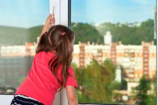 5 советов для родителей, как уберечь ребенка от падения из окна